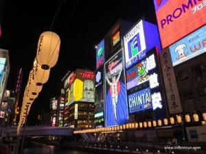 Immer etwas los im Stadteil Minami ... und die Leuchtreklamen am Tombori Riverwalk sind weit über Osaka hinaus bekannt.