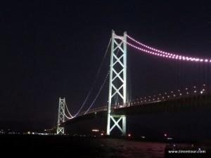 Die Akashi Kaikyo Hängebrücke ist vor allem nachts aufgrund der Beleuchtung schon eine Augenweide