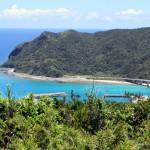 Ausblick von einen der Aussichtspunkte auf der Insel Aka - zu sehen ist die Aka Brücke und Teile des Fährhafens