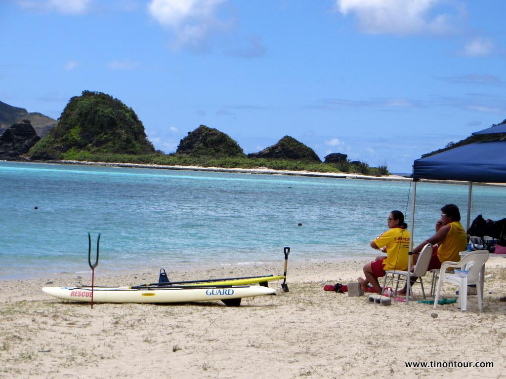 Es gibt schlechtere Arbeitsplätze als am recht ruhigen Ama Strand auf Zamami ... vor allem hat man von hier aus einen sehr guten Blick auf die Strandinseln Gahi und Agenashiku