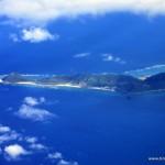 Die erste Insel die Erholung und traumhafte Landschaften verspricht vom Flugzeug auf dem Weg von Osaka nach Naha (Okinawa; Japan)