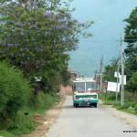 Auf dem Weg zum Karuna Kinderhaus - die Straßen waren nicht sehr breit, aber größtenteils befestigt.