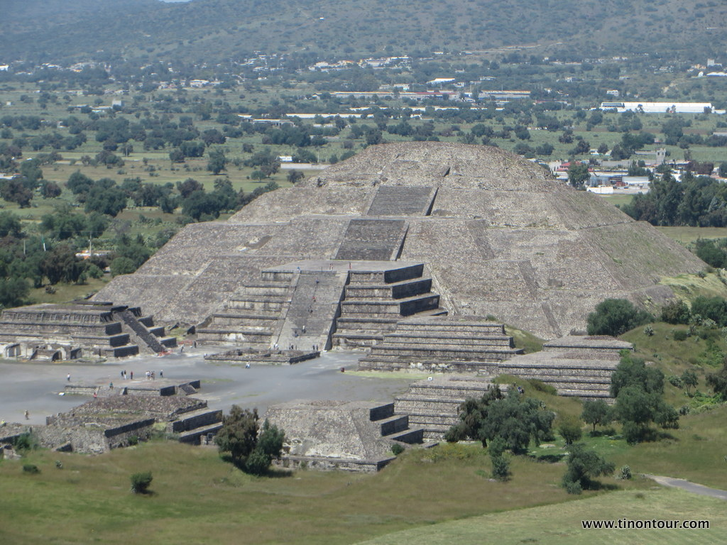 """Die Mondpyramide in Teotihuacan mit """"nur"""" 43 Metern Höhe kleiner als die Sonnenpyramide mit 65 Metern"""