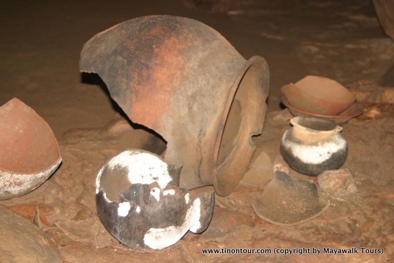 Etwa 400 Keramikgefäße aus der Zeit der Maya wurden in der Höhle gefunden. Viele davon sehr gut erhalten.