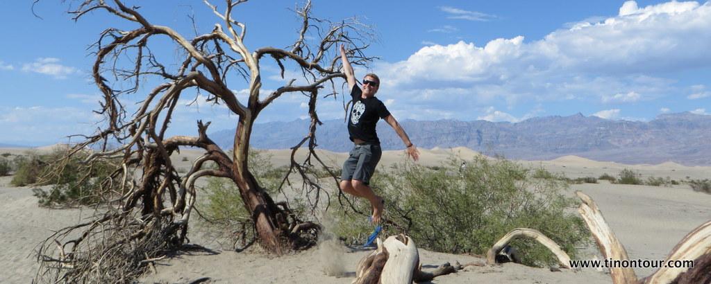 Im Death Valley Nationalpark in Kalifornien (USA) gab es unglaublich viele Hintergrundmotive für tolle Sprungfotos - allerdings ist die Landung ohne FlipFlop (man beachte wohin sich der eine verabschiedet) auf dem heißen Sand nicht sehr angenehm.