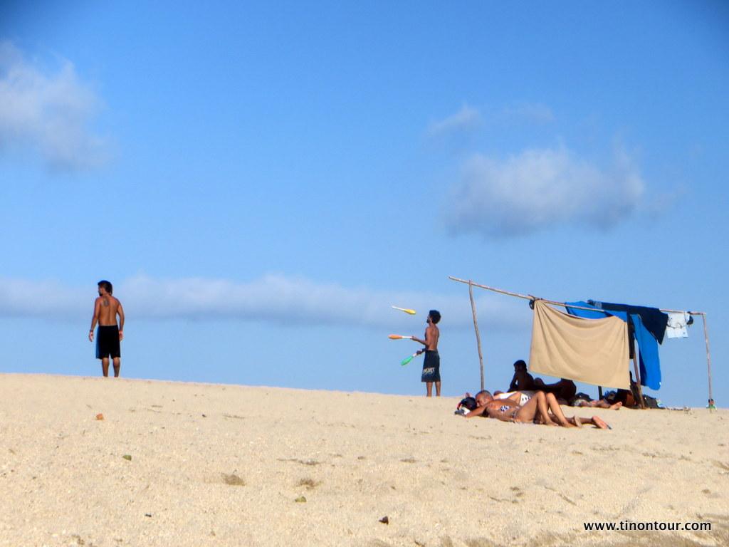 Einheimische und Touristen im Einklang - baden, sonnen, entspannen und etwas Akrobatik