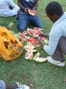 Melonen schneiden - damit es gerecht zu geht und jeder was bekommt ...