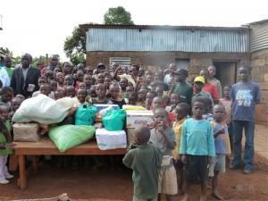 """Es wurden Spenden im Kinderheim in Gathiga (Kenia) vorbei gebracht und die """"Wohltäter"""" haben sich auch gleich fotografieren lassen. Des einen Leid ..."""