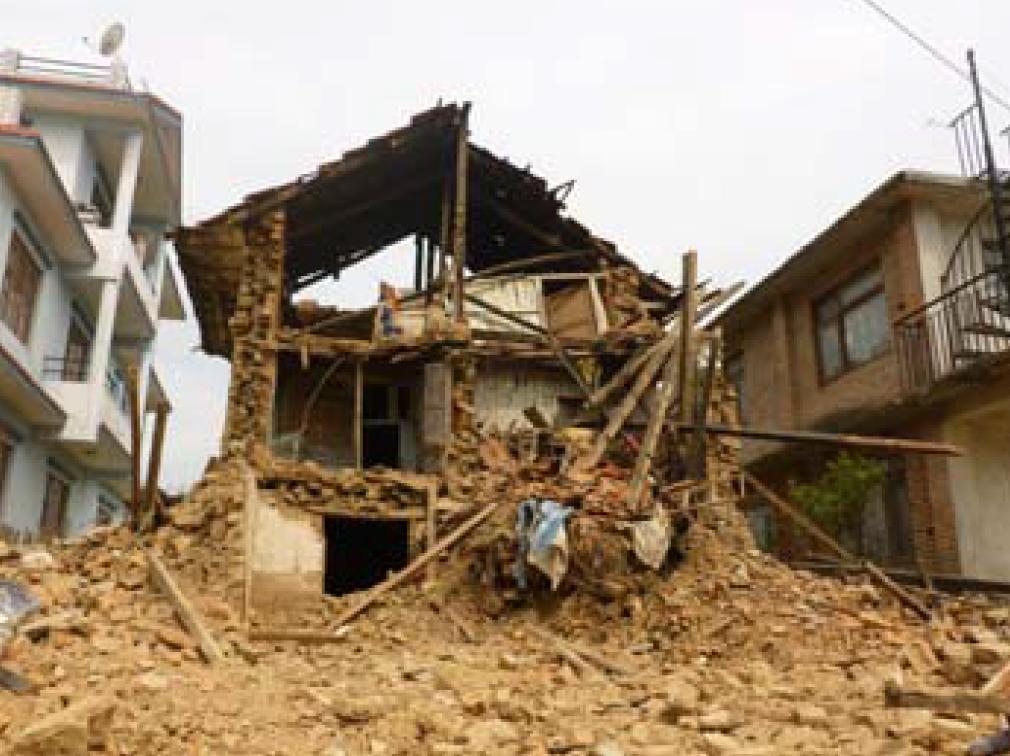 Direkt nebem dem Karuna Kinderhaus in Nepal ist ein Wohnhaus zusammen gestürzt und hat ein 4 jähriges Kind verschüttet.